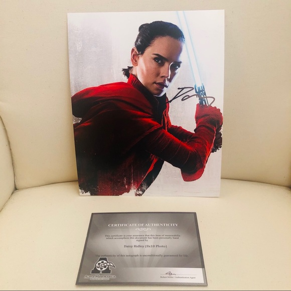 DAISY RIDLEY AUTOGRAPHED 8X10 BRAND NEW